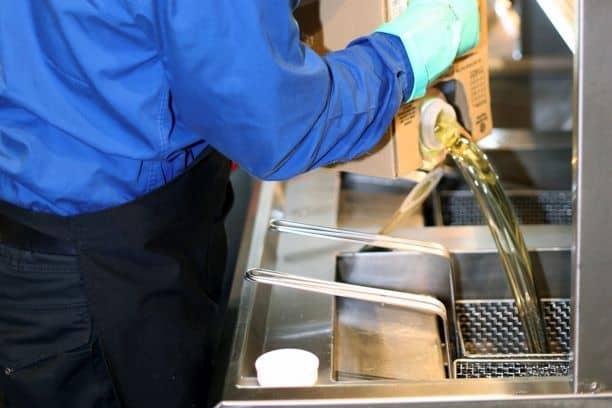 Der mobile Fritteusen- und Ölservice von Filta federt die steigenden Ölpreise für die Gastronomie ab; kommerzielle Küchen wirtschaften nachhaltiger und frittieren gesünder.